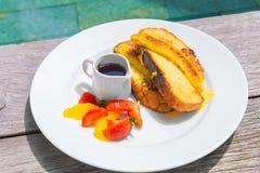 可口早餐用法式多士用油煎的香蕉,蜂蜜 免版税库存图片