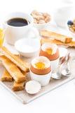 可口早餐用煮沸的鸡蛋和酥脆多士,垂直 免版税库存图片
