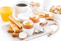 可口早餐用煮沸的鸡蛋和酥脆多士 图库摄影