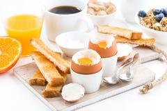 可口早餐用煮沸的鸡蛋和酥脆多士 免版税库存图片