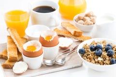 可口早餐用水煮蛋和酥脆多士 库存照片