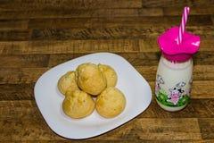 可口早餐,奶酪面包服务用牛奶,米纳斯吉拉斯州,巴西状态的传统食物  库存图片