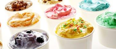 可口木盆乳脂状的夏天冰淇凌 图库摄影