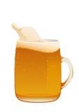 可口杯子新鲜的冰镇啤酒 免版税库存照片