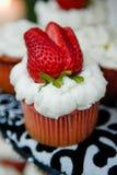 可口杯形蛋糕用在上面的草莓 免版税库存图片