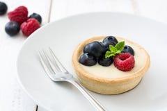 可口果子馅饼用莓和蓝莓在木背景 图库摄影