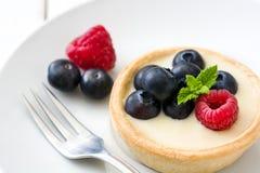 可口果子馅饼用莓和蓝莓在木背景 免版税图库摄影