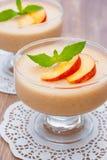 可口桃子奶油甜点 库存图片