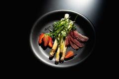 可口正餐 煮沸的芦笋、草莓、烟肉和hollands调味 免版税库存照片