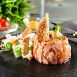 可口沙拉三文鱼抽烟了 免版税库存图片