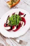可口沙拉用甜菜、山羊乳干酪和芝麻菜 免版税图库摄影