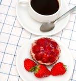 可口沙漠咖啡意味草莓酸的饼和饮料 免版税图库摄影