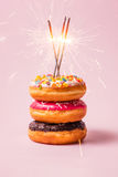 可口油炸圈饼为在粉红彩笔背景的生日 免版税库存照片