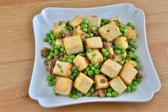 可口油煎的豆腐青豆 免版税图库摄影