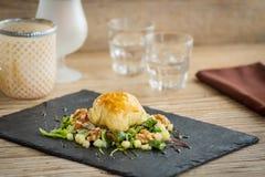 可口法语在沙拉结块填装用山羊乳干酪 免版税库存照片