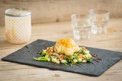 可口法语在沙拉结块填装用山羊乳干酪 库存图片