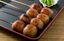可口泰国样式在竹串的烤香肠 免版税图库摄影