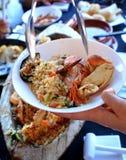 可口海鲜用在一块白色板材的米 非常鲜美西班牙食物 免版税库存图片