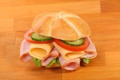 可口火腿、干酪和沙拉三明治 免版税库存照片