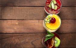 可口点心用新鲜的莓和薄菏在一个玻璃瓶子 免版税库存照片
