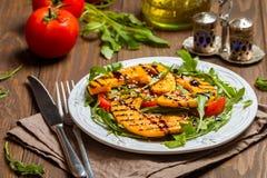 可口烤南瓜和芝麻菜沙拉 免版税库存图片