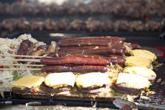 可口烤香肠和膳食大面包 库存图片