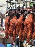 可口烤鸭子在市场上 免版税库存图片
