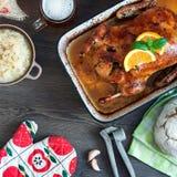 可口烤鸭子用在平底锅,土气样式的桔子 库存照片