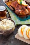 可口烤鸭子用在平底锅,土气样式的桔子 图库摄影