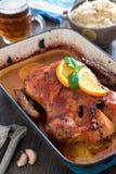 可口烤鸭子用在平底锅,土气样式的桔子 免版税库存图片