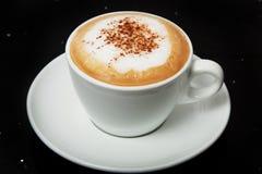 可口热的热奶咖啡用在一个白色杯子的桂香 免版税库存图片
