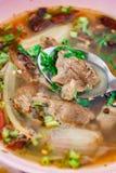 可口热的辣汤用在碗的肉 图库摄影