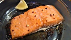 可口煮熟的三文鱼鱼片 免版税库存图片