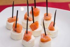 可口熏制鲑鱼和乳酪开胃菜 免版税库存图片