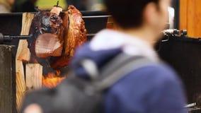 可口猪肉火腿大大块在开火烹调了 街道食物 户外食物 野营和烹调在a 股票录像