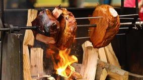 可口猪肉火腿大大块在开火烹调了 街道食物 户外食物 野营和烹调在a 影视素材