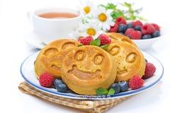 可口玉米薄煎饼用莓果、茶和蜂蜜早餐 免版税图库摄影