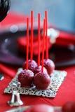 可口甜自助餐用在红色桌上的杯形蛋糕 免版税库存图片