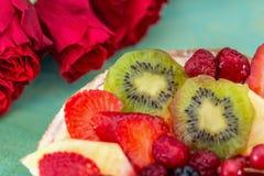可口甜蛋糕用莓果 草莓,猕猴桃,无核小葡萄干,黑莓,莓,在饼干的菠萝 水果品种 库存图片