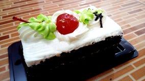 可口甜香草奶油巧克力蛋糕 免版税库存照片