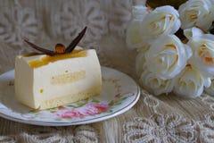 可口白色巧克力蛋糕和一杯美丽的茶为在软性的美妙的早晨弄脏了背景 免版税库存图片