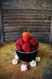 可口的草莓代表词爱在木头的情人节 免版税库存图片