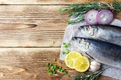 可口盐味的鲱鱼用葱和柠檬 免版税库存照片