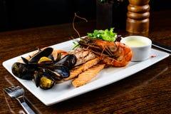 可口盘海鲜 鱼片、mossels和大虾服务了wi 库存照片