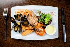 可口盘海鲜 鱼片、mossels和大虾服务了wi 图库摄影
