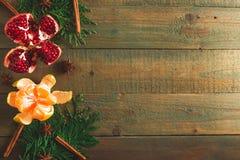 可口石榴石、柑橘、桂香和茴香在木背景 新年概念圣诞节  复制空间 平的位置 顶视图 库存图片