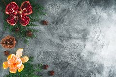 可口石榴石,普通话框架  桂香和茴香在黑暗的背景 新年概念,拷贝空间 平的位置 顶视图 库存照片
