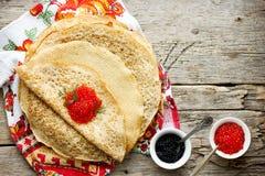 可口稀薄的薄煎饼用红色和黑鱼子酱 免版税库存图片
