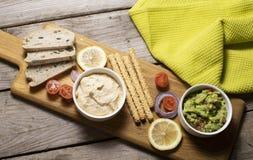 可口素食主义者食物、鳄梨调味酱捣碎的鳄梨酱和hummus 免版税库存图片