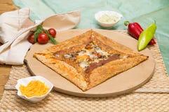 可口绉纱用蘑菇和乳酪服务用在木板的开胃菜 库存照片